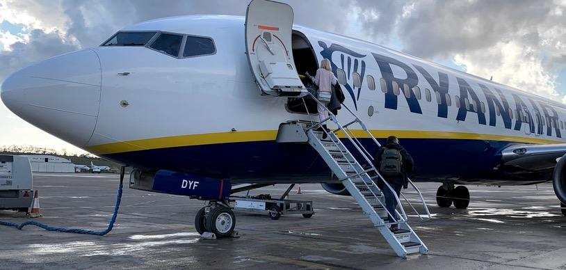 Ryanair билеты: бронирование авиабилетов Ryanair по акции от €9. Поиск на любое направление, расписание рейсов, бронирование и покупка. Информация о рейсах Ryanair на сезон 2020-2021. Багаж Ryanair - правила провоза ручной клади и сдааваемого багажа. Полет с ребенком: что входит в стоимость билета Ryanair.